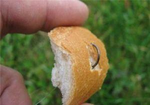 Насаживание хлебной корочки для ловли карася